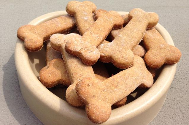 Печенье в виде косточек в тарелке