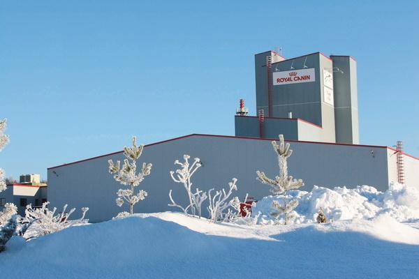 Здание завода зимой